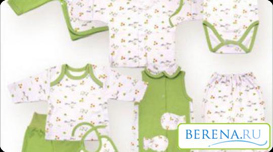 Не стоит покупать много одежды для новорожденного одного размера, так как через некоторое время он вырастет из нее