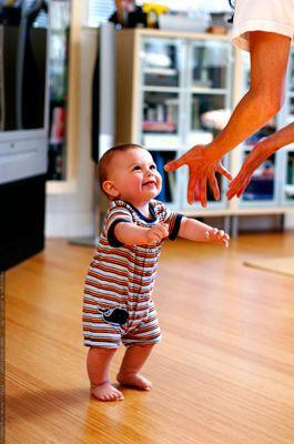 Когда ребенка можно ставить на ножки, чтобы не навредить его здоровью