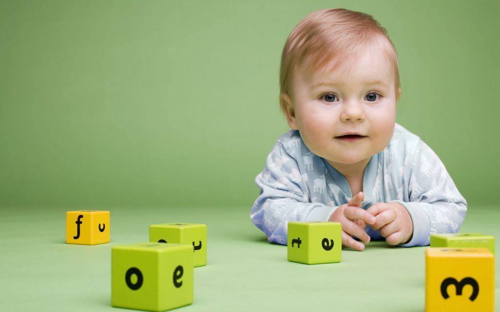 Ребенок начинает играть игрушки